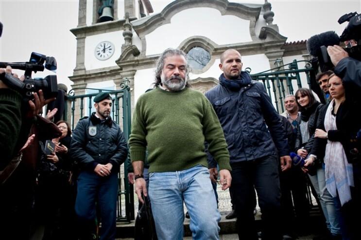 Centenas de populares concentram-se, domingo após domingo, à porta da Igreja de Canelas