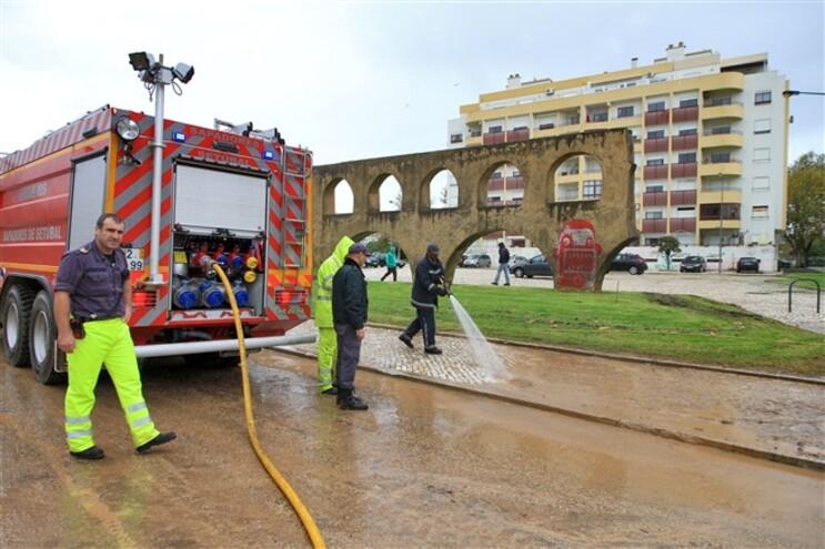 Comerciantes limpam lama e contabilizam estragos em Setúbal