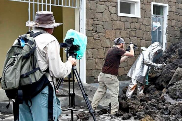 Membros da equipa do repórter canadiano George Kourounis, que grava programas sobre a natureza, na povoação