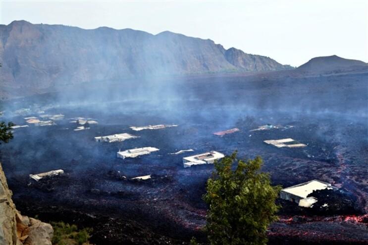 A frente única de 300 metros de largura, criada após a lava ultrapassar Bangaeira, dividiu-se em duas