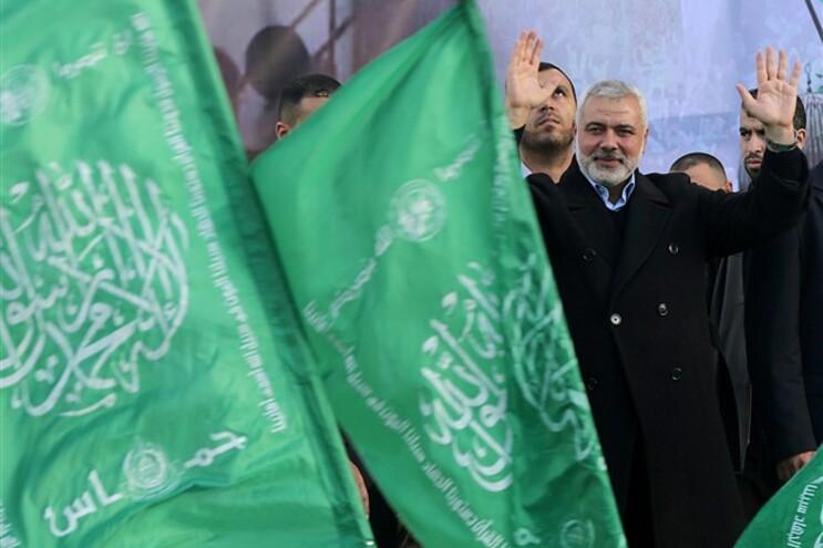 O líder do Hamas, Ismaeli Haneiya, acena aos apoiantes durante a celebração do 27.º aniversário da formação
