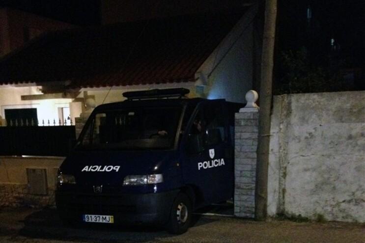 Carrinha da PSP no local onde foram encontrados os corpos