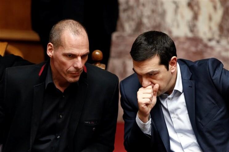 O ministro grego das Finanças, Yanis Varoufakis, à esquerda do primeiro-ministro, Alexis Tsipras