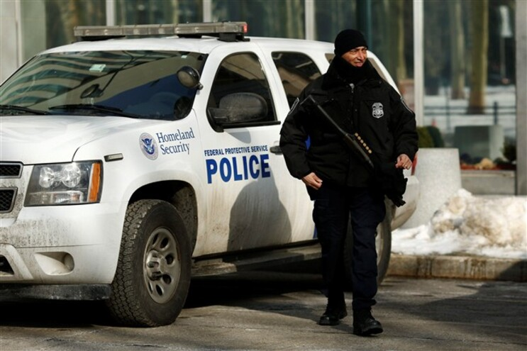 Três homens foram detidos esta quarta-feira em Nova Iorque por ligações ao Estado Islâmico