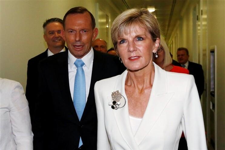 A ministra dos Negócios Estrangeiros da Austrália, Julie Bishop, acompanhada do primeiro-ministro Tony