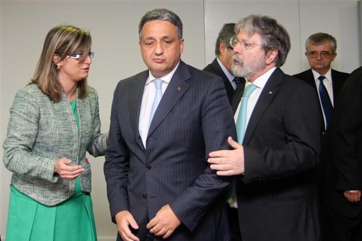 Ministro da Saúde, Paulo Macedo,  entre o diretor-geral da Saúde, Francisco George, e a subdiretora Maria