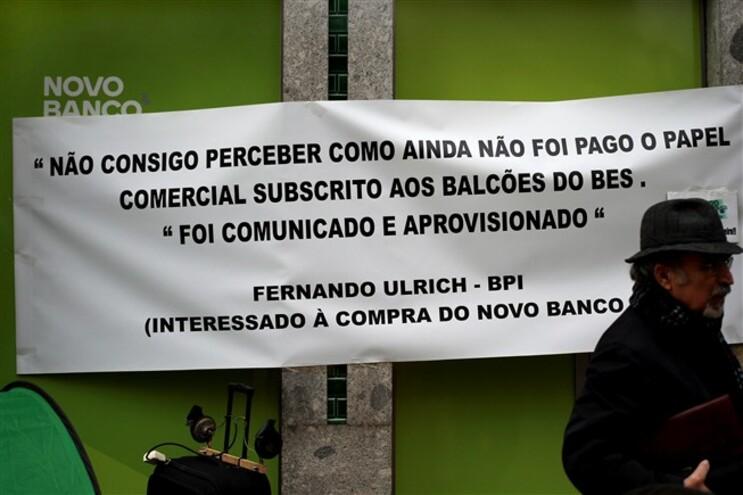 Lesados do BES protestam em frente ao edifício da Alfândega do Porto