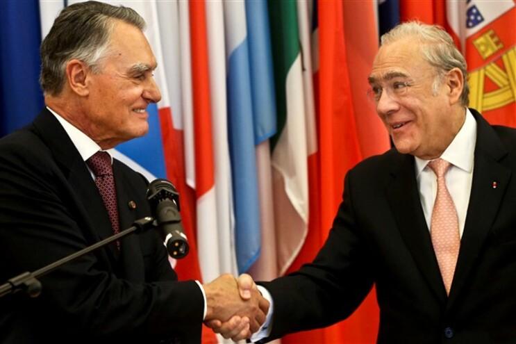 Cavaco Silva cumprimenta o secretário-geral da OCDE