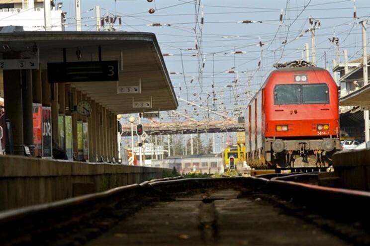 Utentes esperam horas pelos comboios em estações apinhadas
