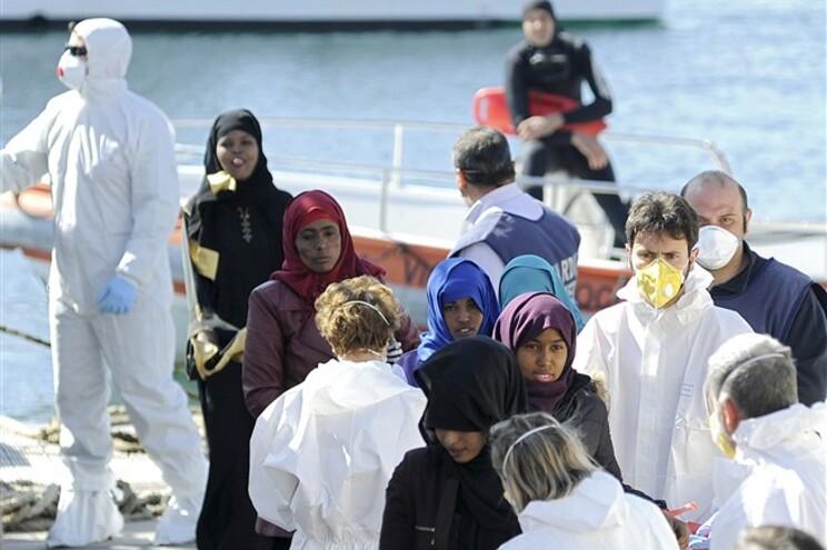 Pelo menos 28 pessoas sobreviveram a este naufrágio
