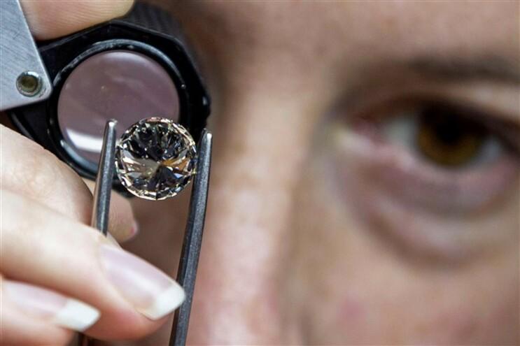 Inspeção de um diamante no Centro Mundial de Diamantes, em Antuérpia