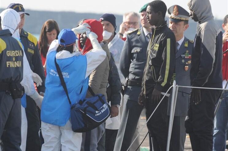 A bordo seguiam cerca de 800 pessoas indocumentadas