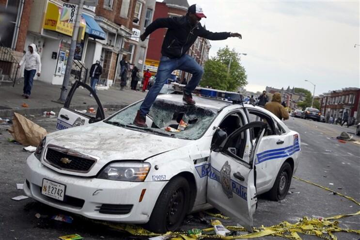 """Confrontos com polícia """"fecham"""" cidade de Baltimore"""