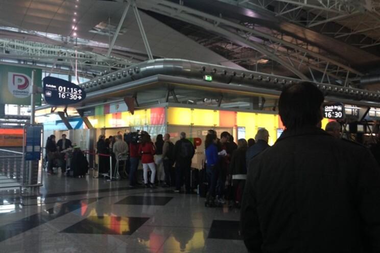 Fila no balcão de reclamações da TAP no Aeroporto Francisco Sá Carneiro