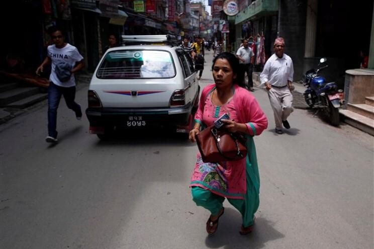 Pessoas em pânico nas ruas de Katmandu