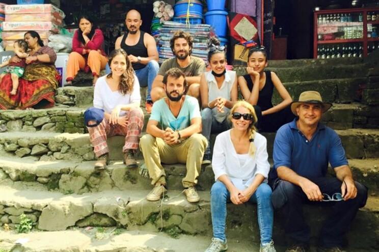 Os cinco portugueses junto de nepaleses no passado dia 10
