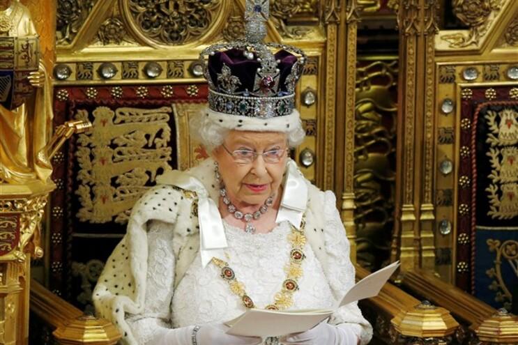 Isabel II leu discurso no parlamento