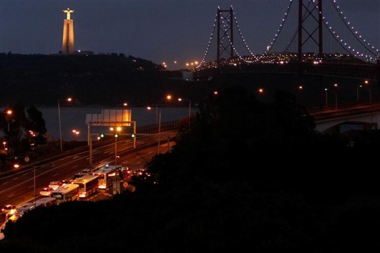 Embrulho suspeito que encerrou ponte 25 de Abril continha roupa