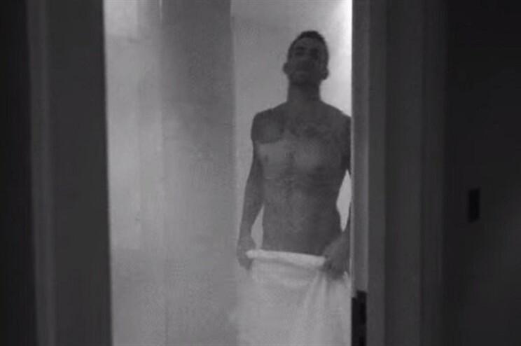 No início do vídeo, o vocalista surge sem roupa