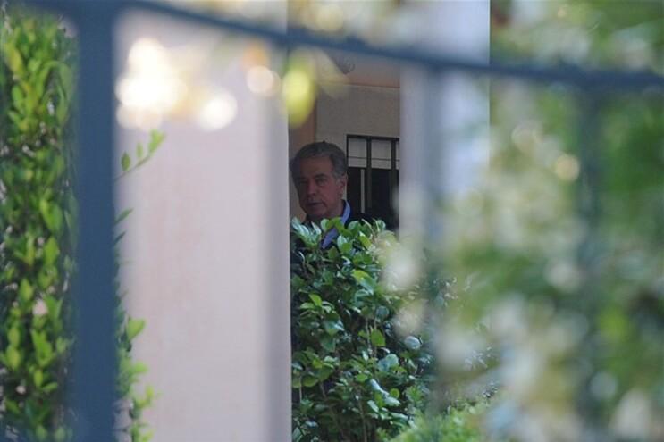 Ricardo Salgado fotografado em casa enquanto decorriam as buscas da PJ