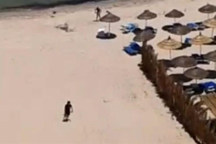 Vídeo mostra atirador a passear na praia após ter abatido turistas
