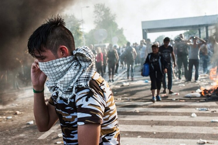 Dezenas de refugiados conseguem entrar na Hungria após incidentes