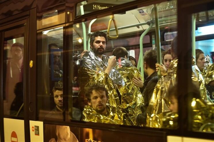 Pessoas evacuadas após ataque ao Bataclan