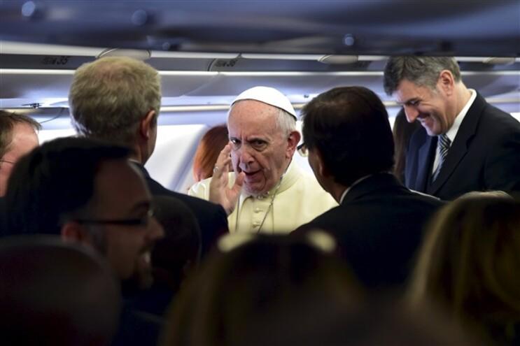 Papa durante o voo para Nairobi, no Quénia