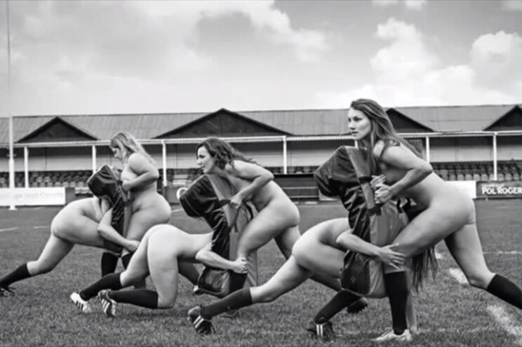 Jogadoras de râguebi despem-se contra a anorexia