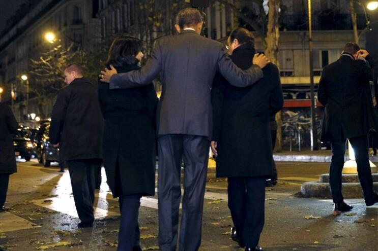 O Presidente dos EUA, Barack Obama, ladeado pelo President Francois Hollande (direita) e a Mayor de Paris