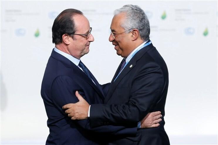 Presidente francês François Hollande dá as boas-vindas a António Costa em Paris