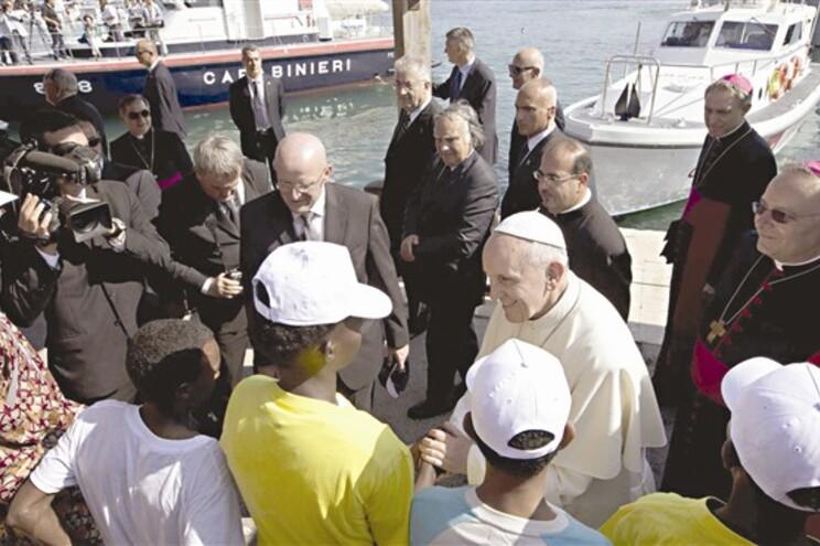 A primeira viagem de Francisco para fora do Vaticano foi a Lampedusa