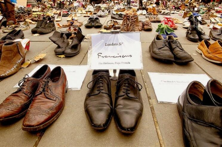 Os sapatos do Papa Francisco juntaram-se a milhares de outros, numa chamada de atenção para as alterações