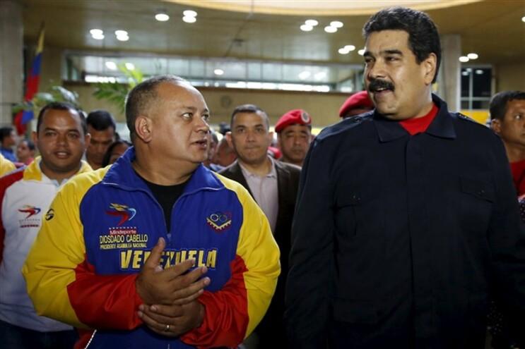 O presidente do parlamento venezuelano, Diosdado Cabello (esquerda) acompanha o presidente Nicolas Maduro