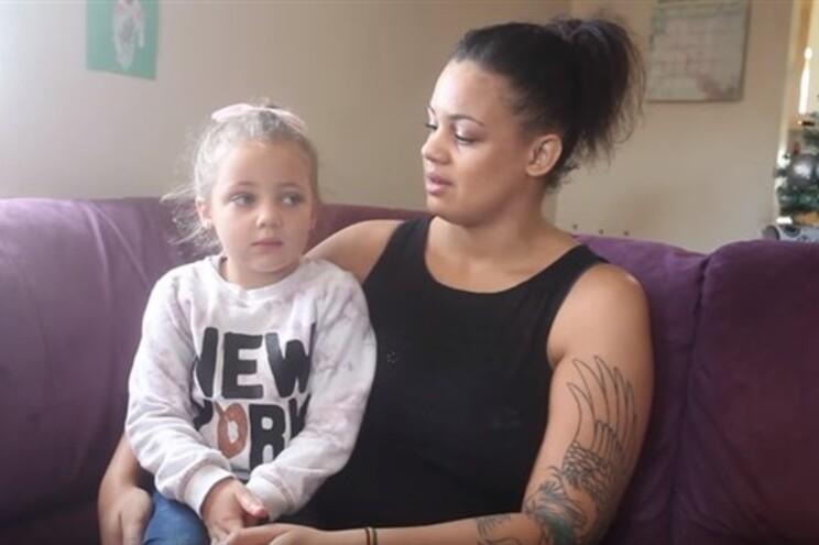 Menina de quatro anos ficou colada à sanita