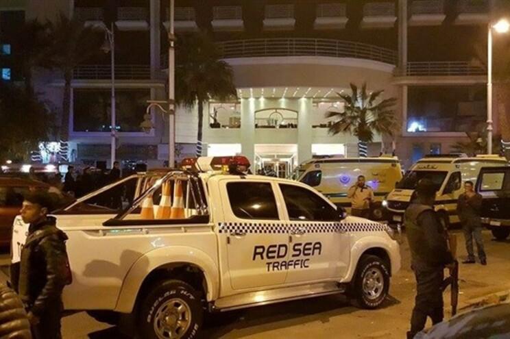 Aparato policial à porta do hotel atacado
