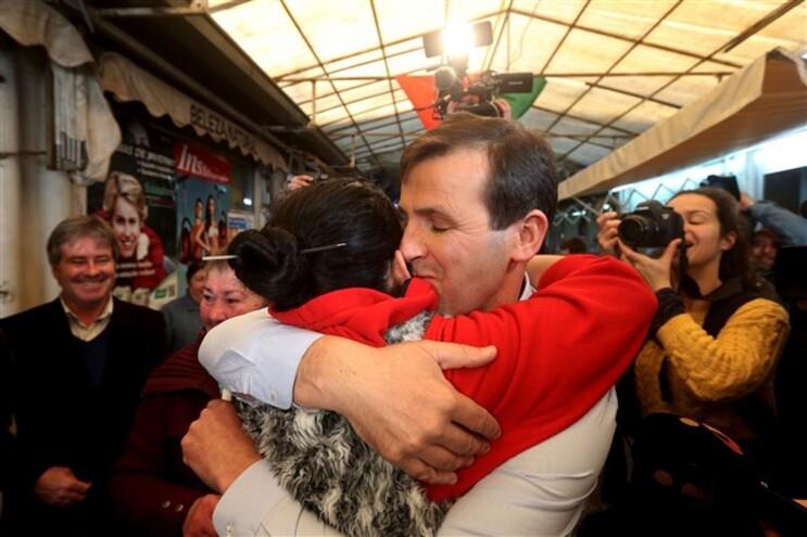 Tino de Rans recebido com beijos e galinhas no Bolhão