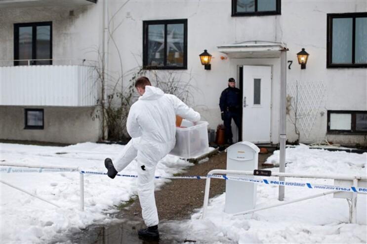 Agentes da polícia sueca junto ao abrigo para refugiados