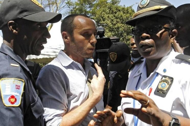 O fotojornalista Phil Moore a falar com seguranças das Nações Unidas, no Burundi