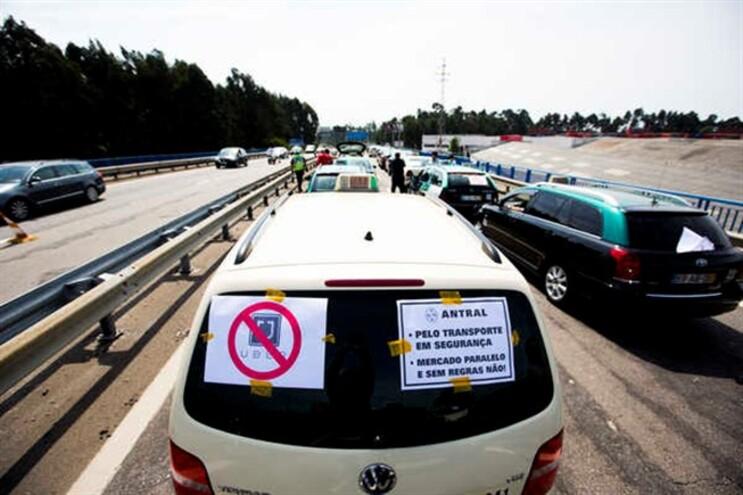 Taxistas têm feito vários protestos contra a plataforma Uber