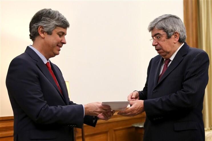 Mário Centeno entregou a proposta de OE 2016 na Assembleia da república