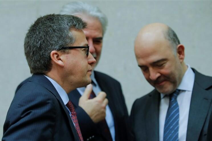 O comissário pportuguês Carlos Moedas (E) conversa com Pierre Moscovici