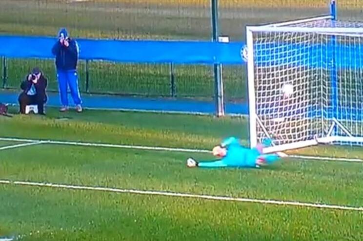 Bola entra na baliza mas árbitro não validou o golo