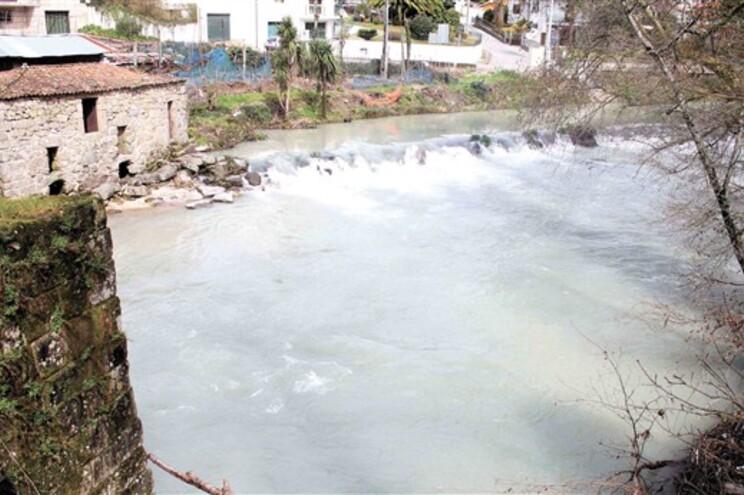 Empresário recebe milhões para despoluir rio onde faz descargas