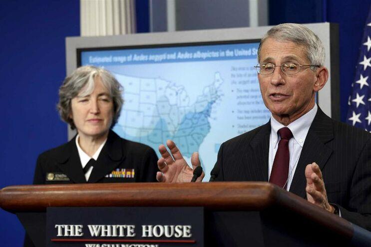 Anne Schuchat e Anthony Fauci, na Casa Branca