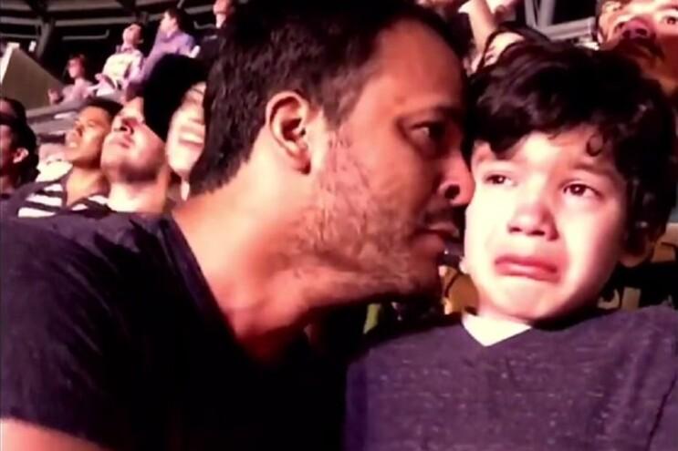 Emoção de um rapaz com autismo num concerto dos Coldplay
