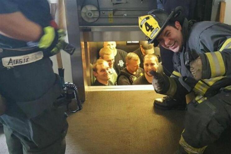 Bombeiros salvam polícias presos em elevador