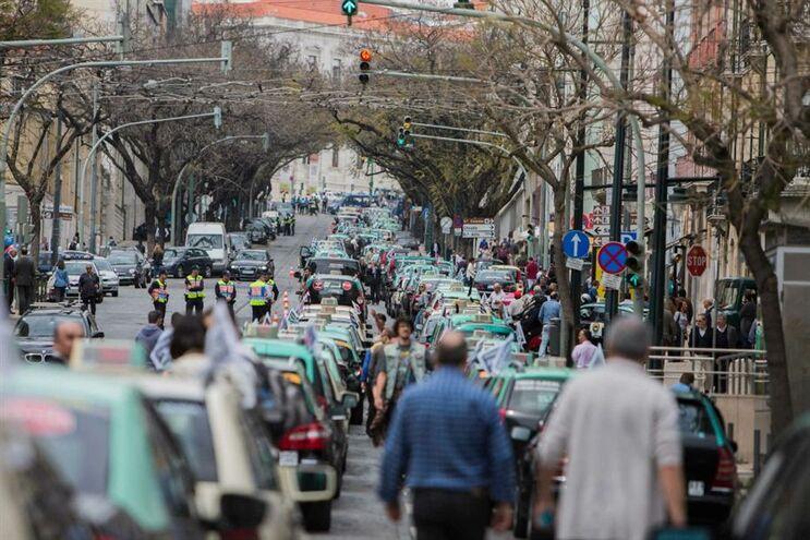 Milhares de taxistas do Porto, Lisboa e Faro manifestaram-se hoje contra a Uber