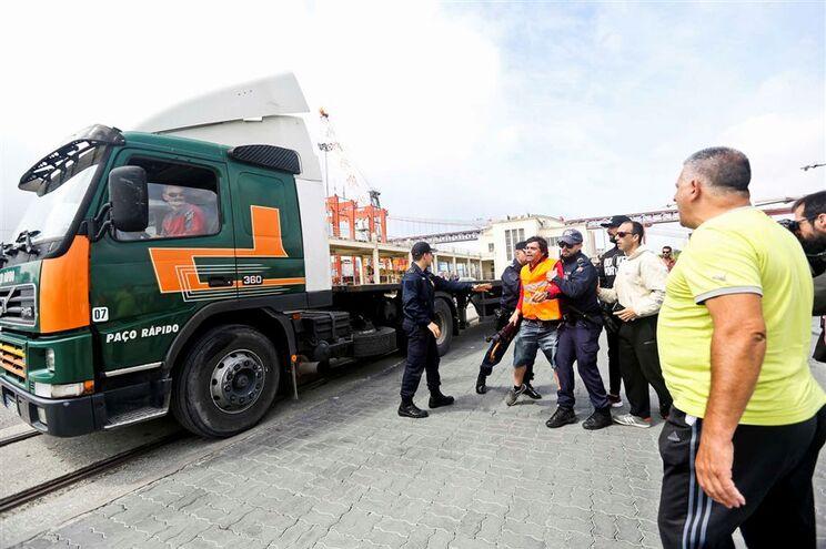 Estivadores em protesto à entrada do Porto de Lisboa, em Alcântara