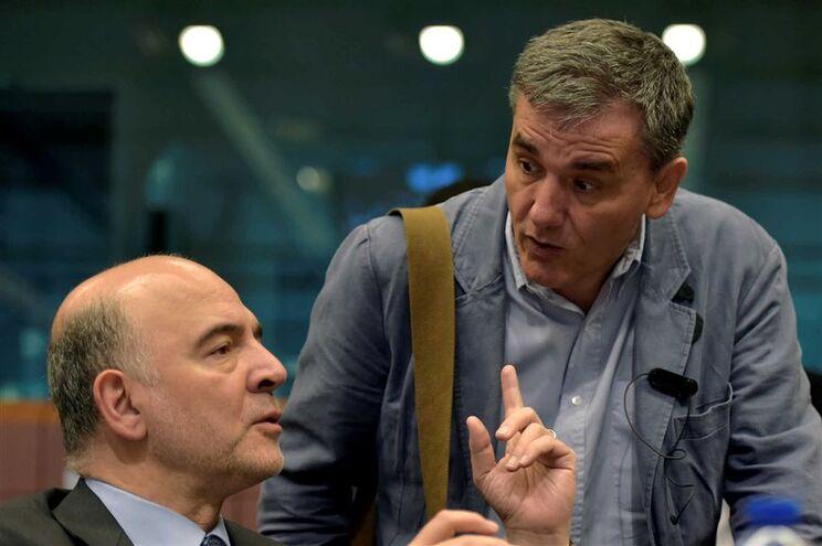 Pierre Moscovici (esquerda) à conversa com o ministro grego das Finanças, Euclid Tsakalotos